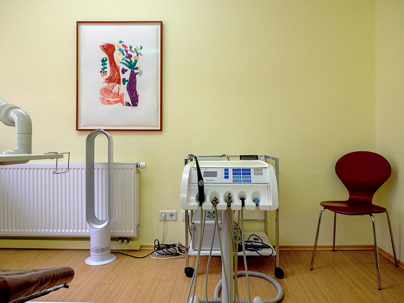 Behandlungsraum mit einem Holzschnitt von HAP Grieshaber